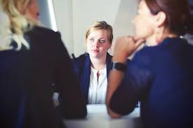 une femmes en entretien d'embauche