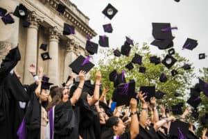 Des étudiants diplômés de leur école ou université