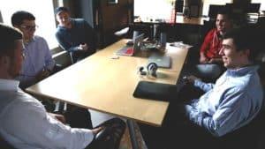 entrepreneurs qui travaillent dans une startup
