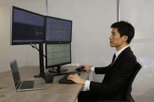 Métier le mieux payé: un trader devant son ordinateur