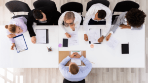 """gens autour d'une table pour un entretien d""""embauche"""