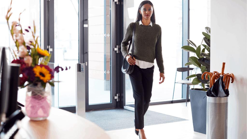 une femme arrive à l'accueil de l'entreprise