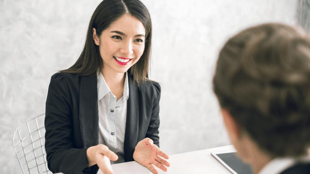 femme qui se présente en début d'entretien à un recruteur